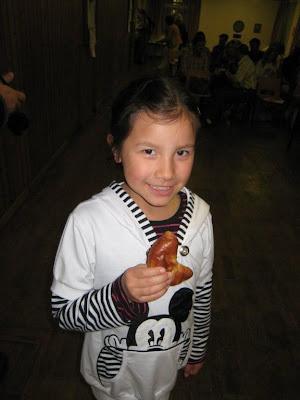 девочка с пирожком