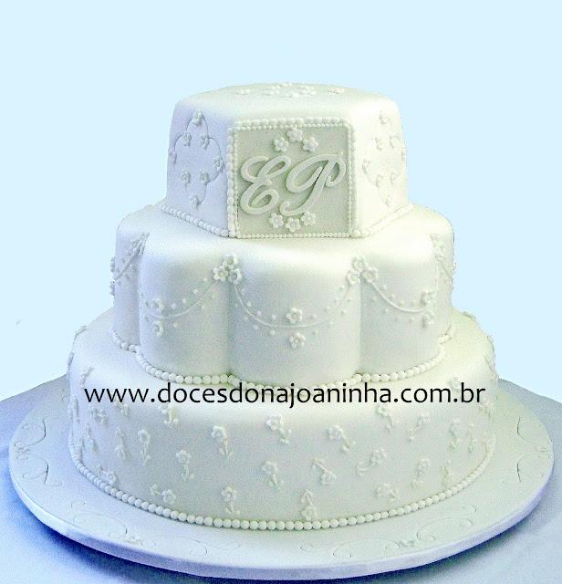 bolo-de-casamento-clássico-3-andares-monograma-iniciais-dos-nomes-dos-noivos.jpg