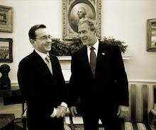 Álvaro Uribe, presidente da Colômbia, e seu amigo e aliado político, George W. Bush