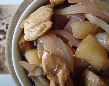 Pollo con manzanas y ciruelas