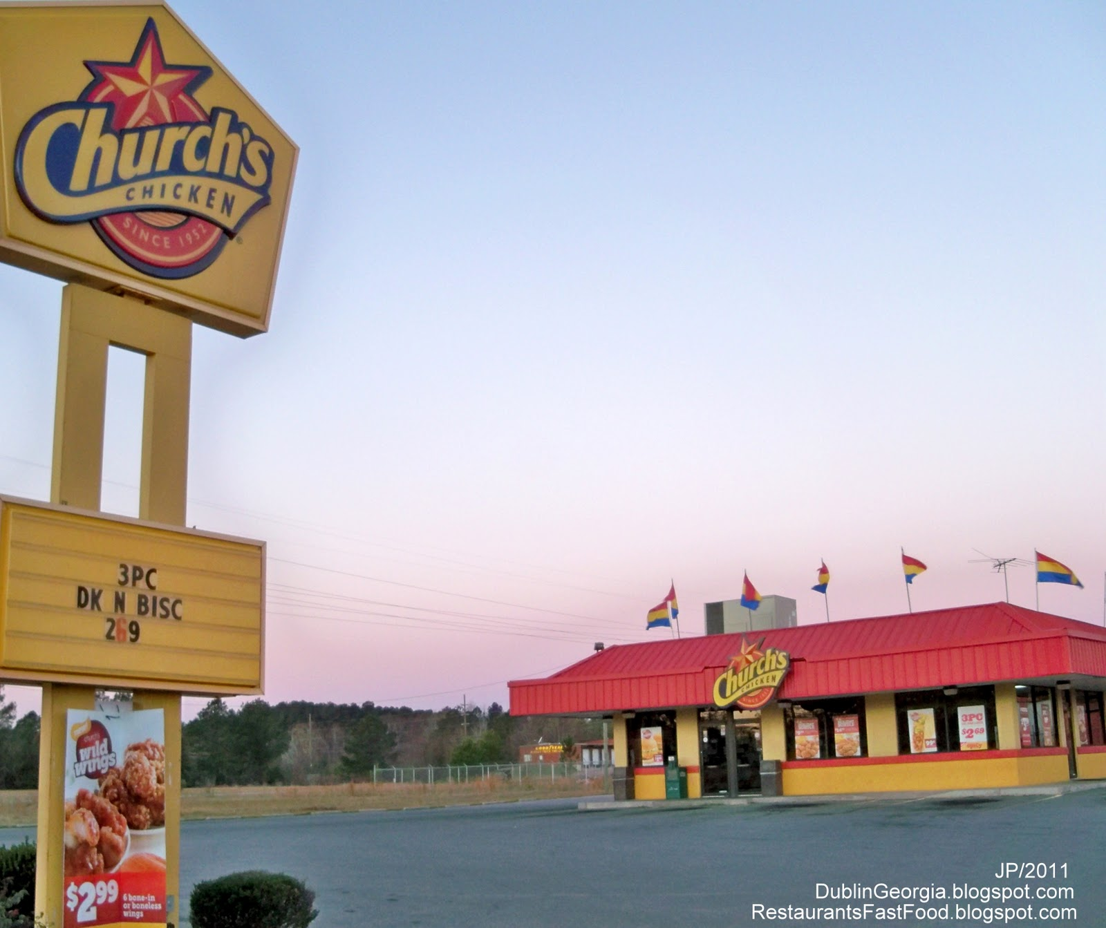 two fast food restaurants They are fascinated with american fast-food restaurants write an essay that compares and contrasts the similarities and differences of two fast-food restaurants your writing will be scored on how well you make a clear thesis statement and stay focused.
