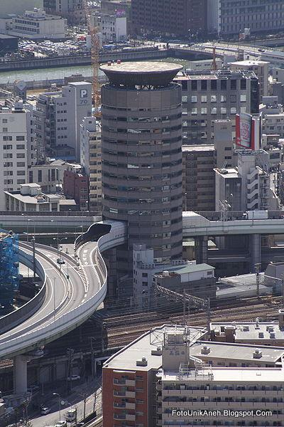 Gedung di Jepang Yang Di Tembus Jalan Tol