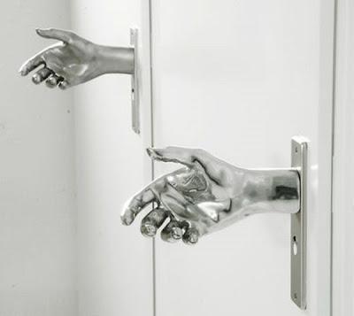Gagang Pintu Unik Berbentuk Tangan