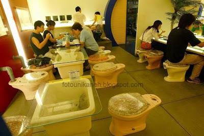 Makan Sambil Duduk Di WC