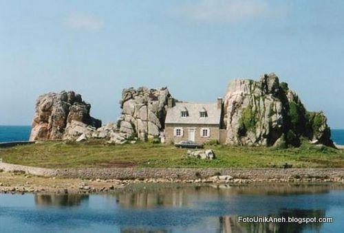 Rumah Cantik Imut Dihimpit Dua Batu Besar