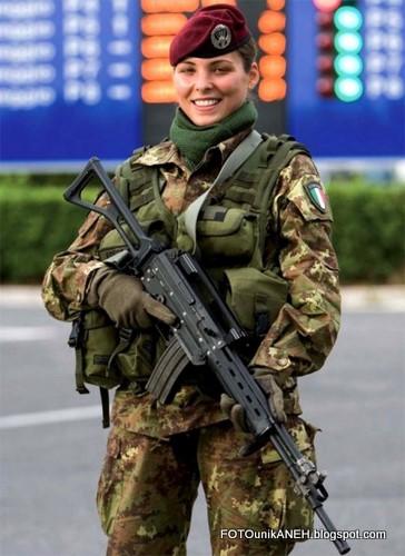 Tentara Wanita Cantik Dan Bersenjata