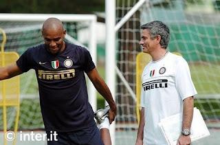 nell'immagine Maicon e Mourinho, entrambi sperano in un'altra stagione insieme a Madrid