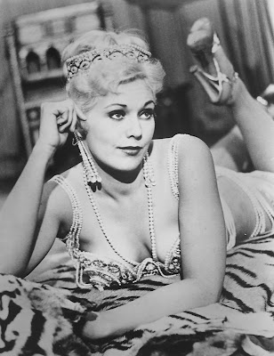 Kim Novak in pearls