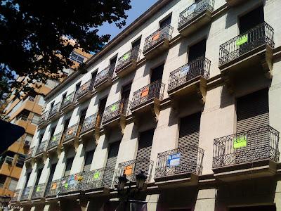 Carteles de venta y alquiler en un edificio de Alicante (Camara: iPhone)
