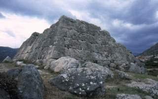 Θα τρελαθούμε τελείως! Απαγόρευσαν με νόμο την χρονολόγηση των Ελληνικών Πυραμίδων!!! (