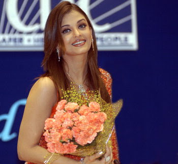 aishwarya carrying flowers