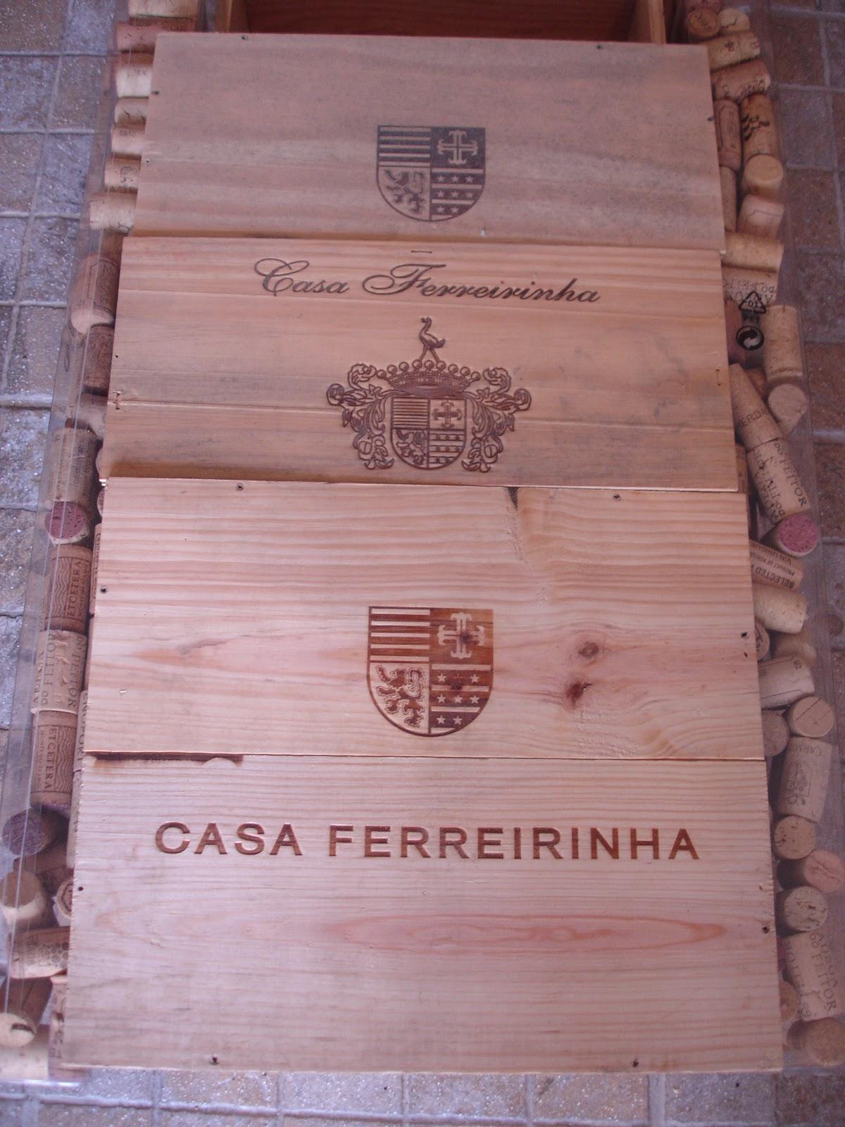 das caixas de vinhos e nas laterais ter umas ronhas Vamos ver #444D88 1200x1600