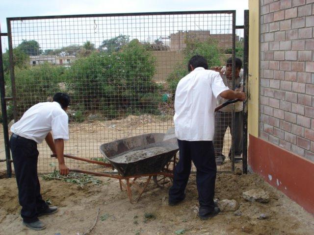 Alumnos Trabajando en el cerco perimetrico de nuestra I.E - 2008