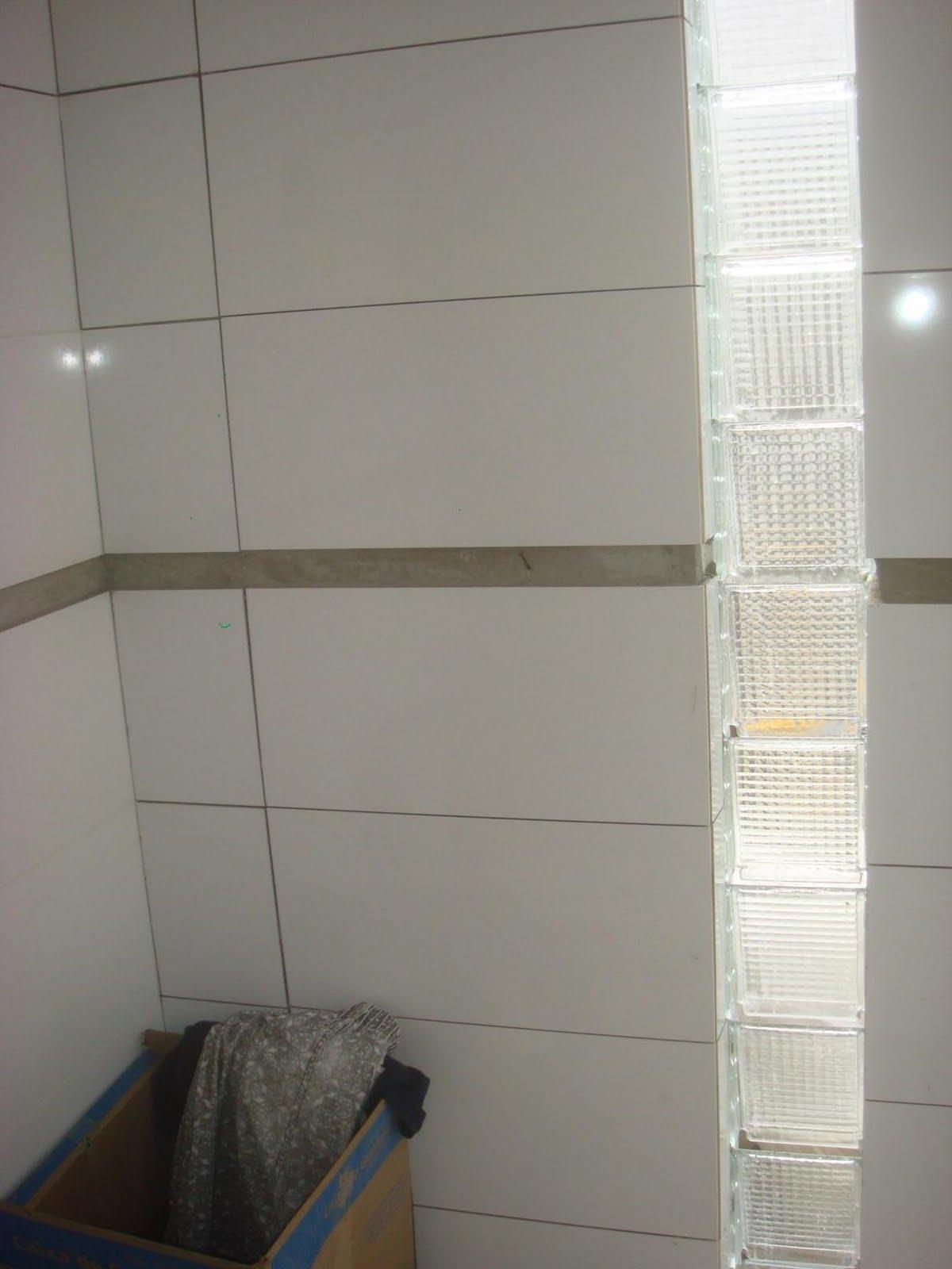 faltando a faixa de pastilha de vidro em todo perímetro do banheiro  #294057 1200 1600