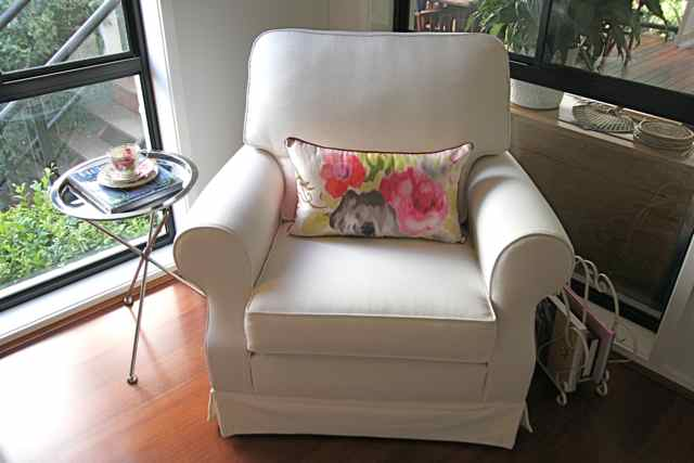 mi casa design: a big comfy bedroom reading chair.....