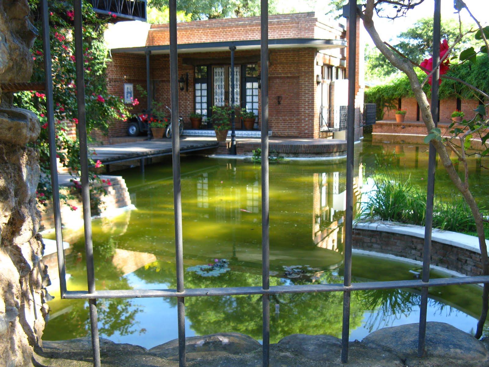 Grupo redecorate una casa con estanque for Casas de ladrillo visto fotos