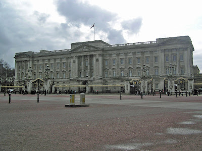 Front facade of Buckingham Palace when it is less crowded