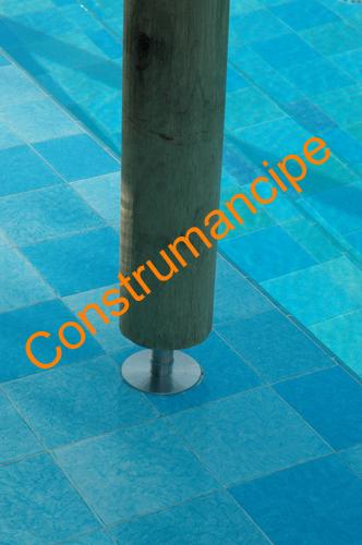 Soporte metálico en piscina