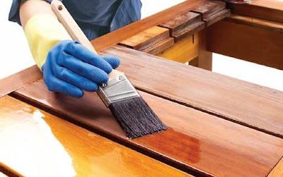 como barnizar muebles de madera con brocha