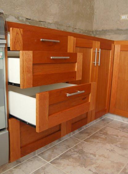 muebles a medida bajo mesada en cedro macizo