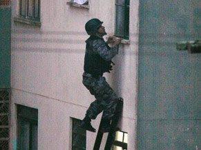 Polícia invade apartamento onde estavam Lindemberg e Eloá [Foto: Reprodução/TV Globo/G1]