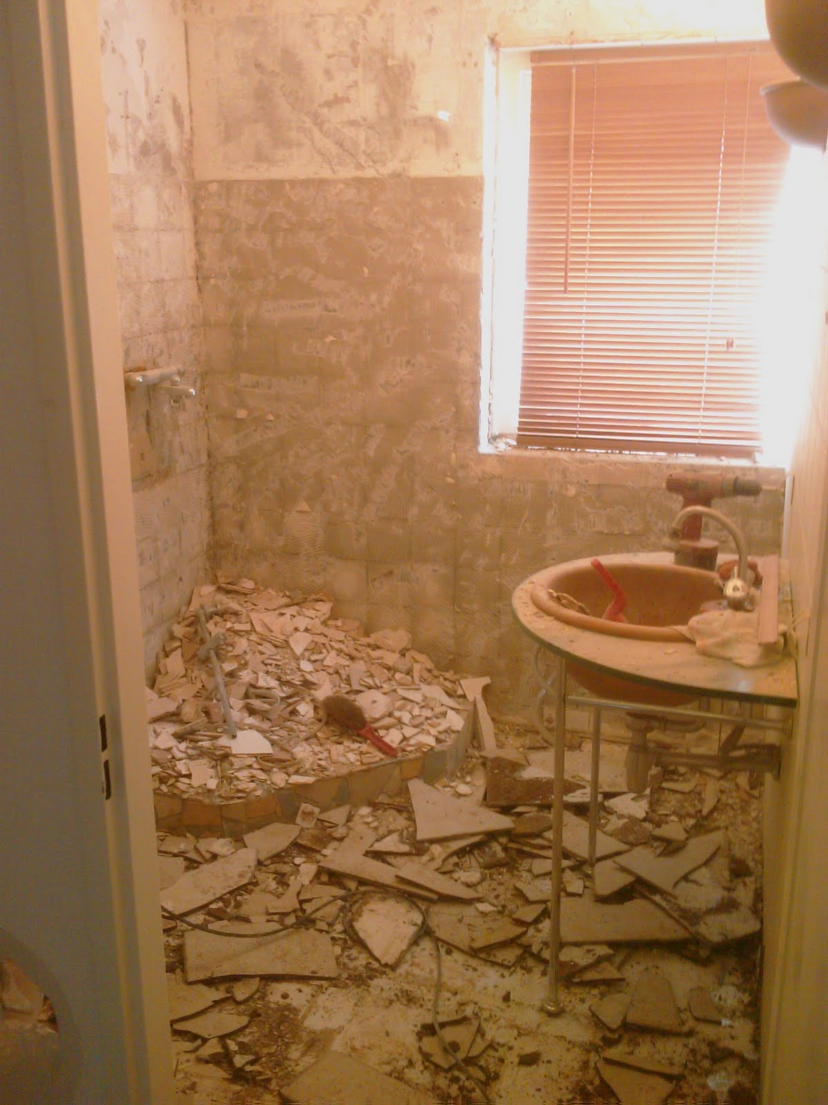 Zelf een badkamer maken puinzakken puinzakken en jawel puinzakken - Foto in een bad ...