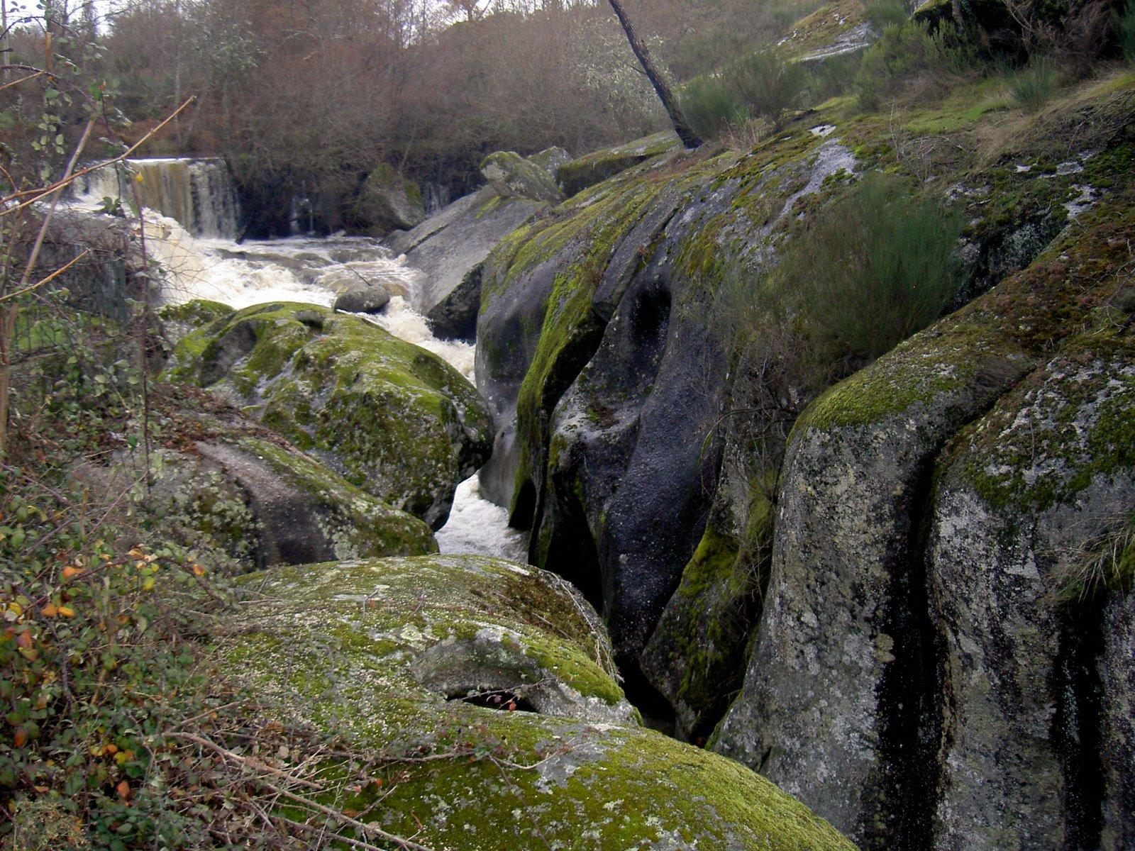 O Rio atravessa os rochedos