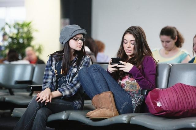Sarah Hyland as Haley Dunphy & Ariel Winter as Alex Dunphy in Modern Family