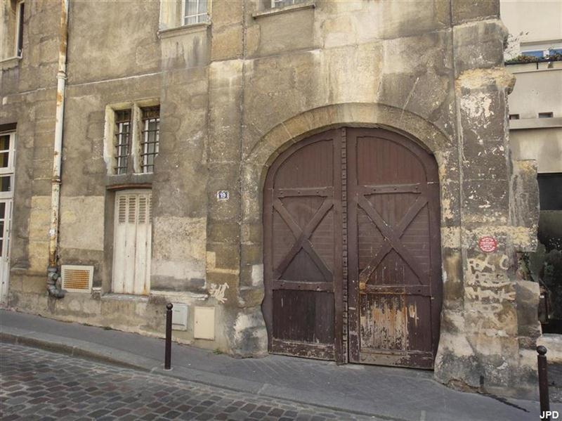 Paris bise art maison gothique rue des gobelins for Porte qui s ouvre lumiere