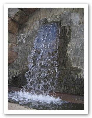 Vattenfall vid slottet, undrar om de duschar här? :-)