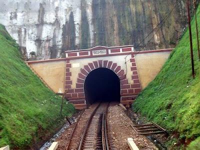 Terowongan Sasaksaat (949 m)