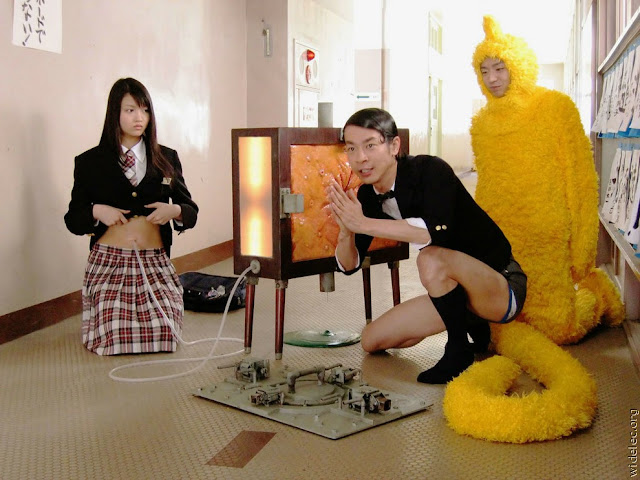 Foto Gila wanita Jepang memperlihat Isi CD ke Kalayak Umum