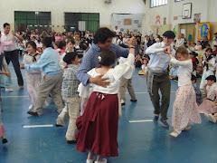 Baile alumnos y docentes en los Festejos escolares
