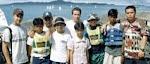 AL CENTRO PABLO WEBER JUNTO A LOS CHICOS DEL EQUIPO DE MALASIA