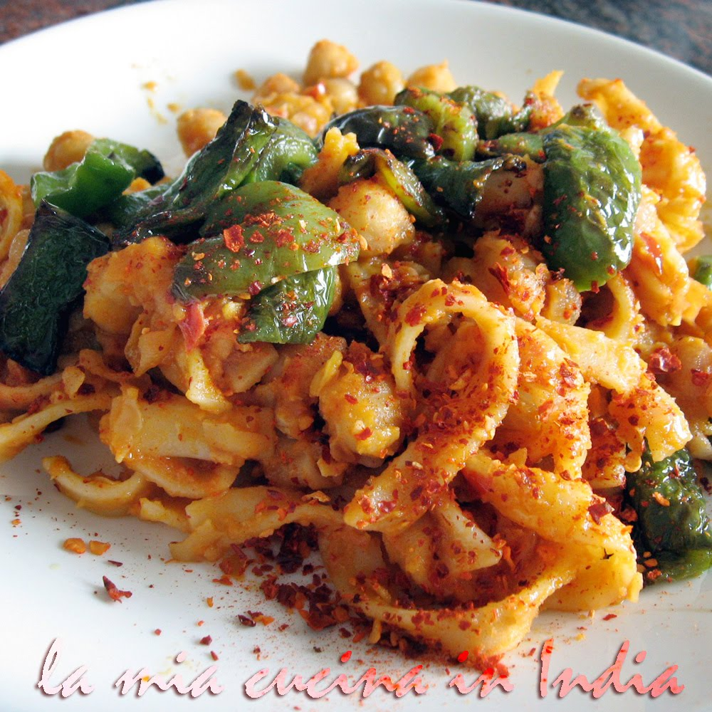 Spicy garbanzo beans [chickpeas] with tagliatelle and green peppers