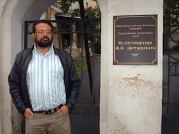 EDGARDO EN LA CASA NATAL DOSYEVSKI.MOSCU. 2006