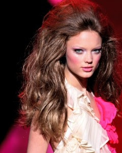 Для того чтобы сделать макияж Барби, первоначально следует очистить лицо и нанести на него тональный крем подходящего