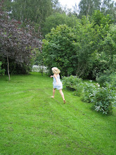 Julia i vår trädgård.
