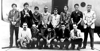 Guta (6ª da esq. para dir., de pé) e 12 homens do grupo de presos políticos trocados por Elbrick