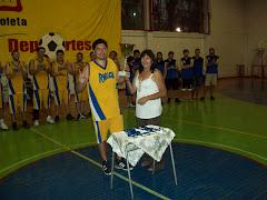 Elìas recibiendo la Copa Bicentenario