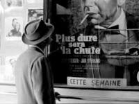 Poiccard, en el cine, frente a fotos de Humphrey Bogart
