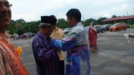 Tuan Guru Besar menyematkan Rozet kepada En Adnan Puteh