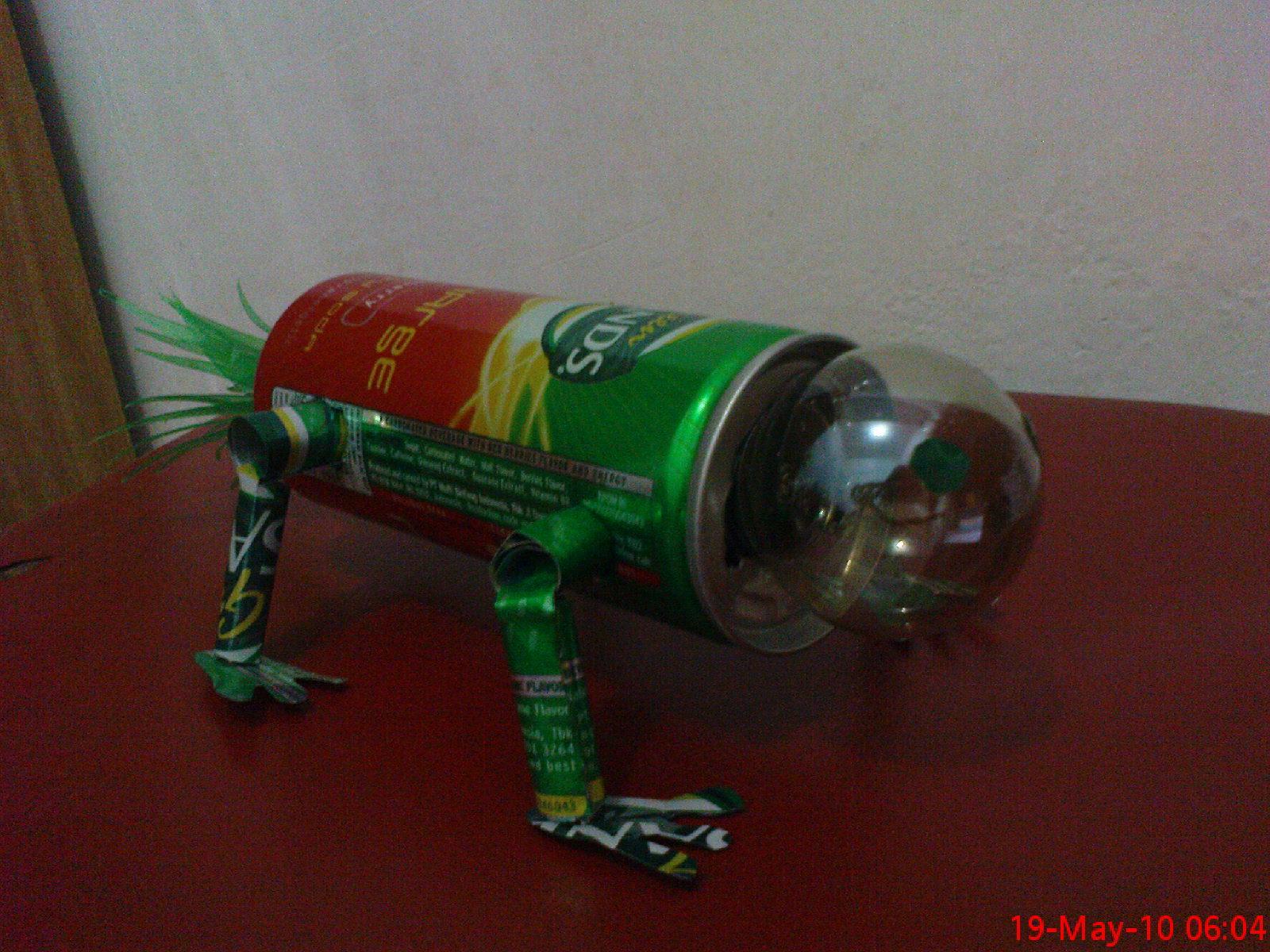terbuat dari lampu bekas yang direkatkan pada kaset CD yang juga bekas