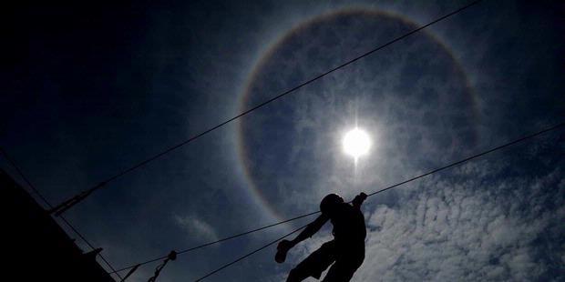 foto pelangi kelilingi matahari halo