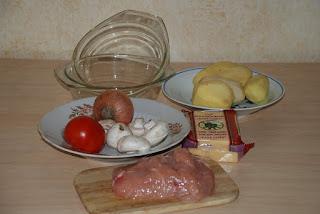 Набор продуктов для блюда: куриное мясо, картофель, помидоры, лук, сыр, шампиньоны