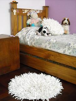 Almohadon y alfombra blanca