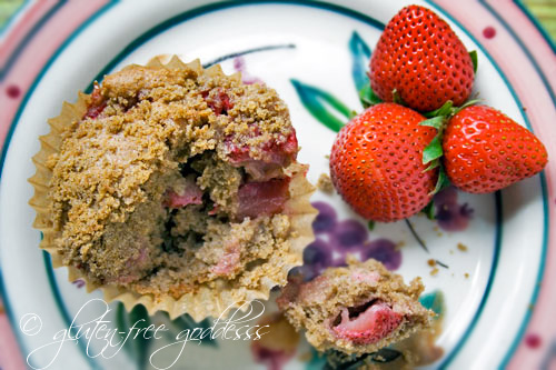 Gluten free muffins recipe with strawberries and rhubarb with a crumble topping
