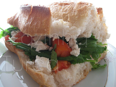Sanduíche de Tomate e Queijo Feta (Ekmek Arası Peynir, Domates ve Tere)