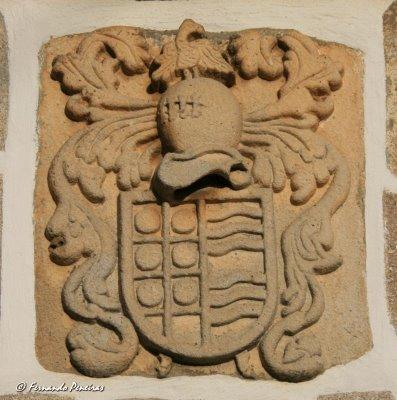 Pedra de armas da família Almeida e Távora, da vila de Trevões (S. João da Pesqueira)