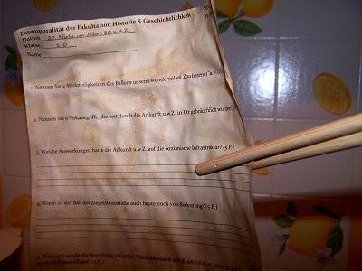 Wofür man Wok-Stäbchen noch benutzen kann? Gebackenes Papier aus dem Ofen zu holen!